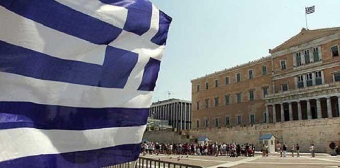 Bir grup öğretmen Yunan Devlet Televizyon Kurumunu bastı…