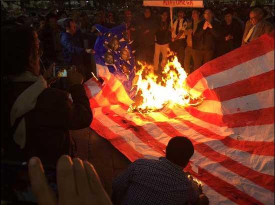Yunanistan halkı Amerikan bayrağını ateşe verdi