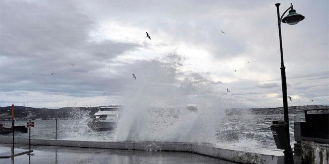 İstanbul'da lodos direk devirdi, dalgalar bir metreyi buldu