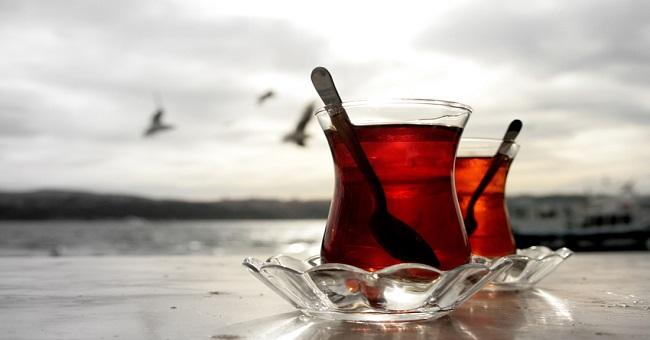 Günde 10 bardak şekerli çay, yılda 3 kilo aldırıyor