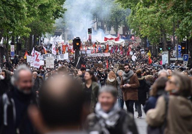 Fransız memur, işçi ve öğrenciler Macron'a karşı greve gitti, Paris'te çatışma çıktı
