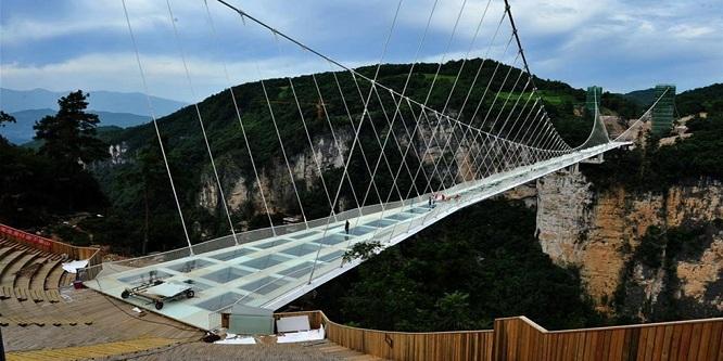 Çin'de en uzun cam köprü ziyarete açıldı
