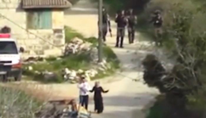 Siyonist Askerler Küçük Bebeğe Gaz Bombası Attı