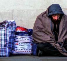 ABD'de evsiz bir adam yürüyen adamı arabanın altına itti