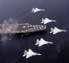 ABD'ye ait 2 uçak havada çarpışarak denize düştü