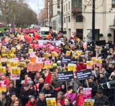Yeni Zelanda'daki terör saldırılarını protesto için Londra'da onbinler yürüdü