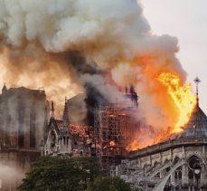 Notre Dame Katedrali yandı! Macron: Yeniden inşa edeceğiz