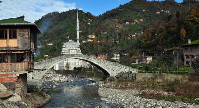 Geçen yıl restore edilen 300 yıllık kemer köprü çöktü